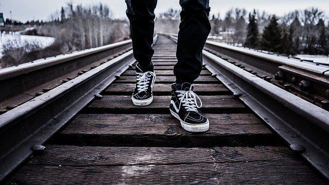 歩いている男性